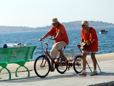 Foça - People cycling and walking